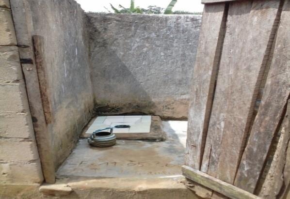 Un WC sans chasse d'eau au sous-quartier Judé